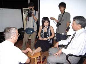 吴若石给新京报足底美女做美女v足底换丝袜过程记者记录全图片